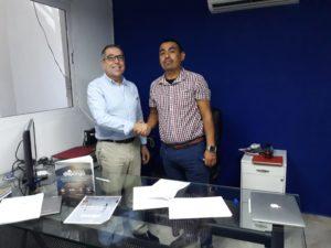 Firma del acuerdo por parte de Vicente Martinez, Int. Mng.. de Doblemente y el Ing. Alfredo Cigarroa, CEO de Soltia.