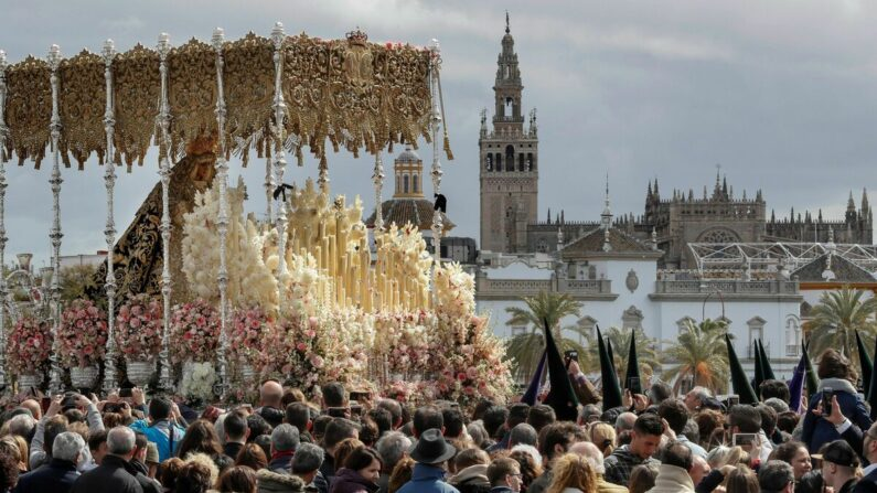 Paso-palio-Semana-Santa-Sevilla_1336376685_104746423_1200x675